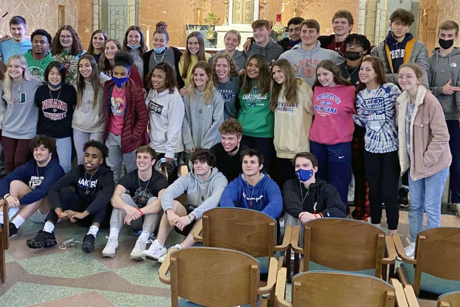 Seniors+who+attended+the+retreat+in+February+gather+before+returning+to+campus.+
