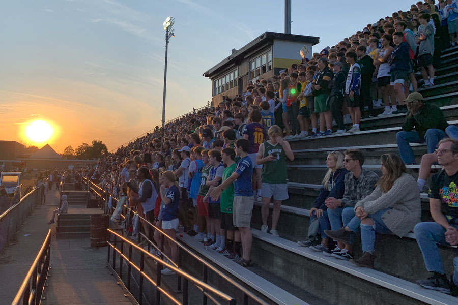 At+Arlington+Middle+School+on+Sept.+24%2C+the+sun+sets+on+the+Homecoming+crowd.+